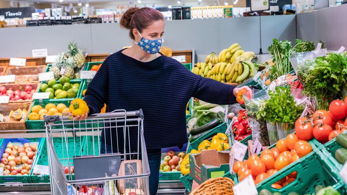 Obst, Gemüse, weniger Süßes: In der Corona-Krise fallen die Einkäufe gesünder aus.