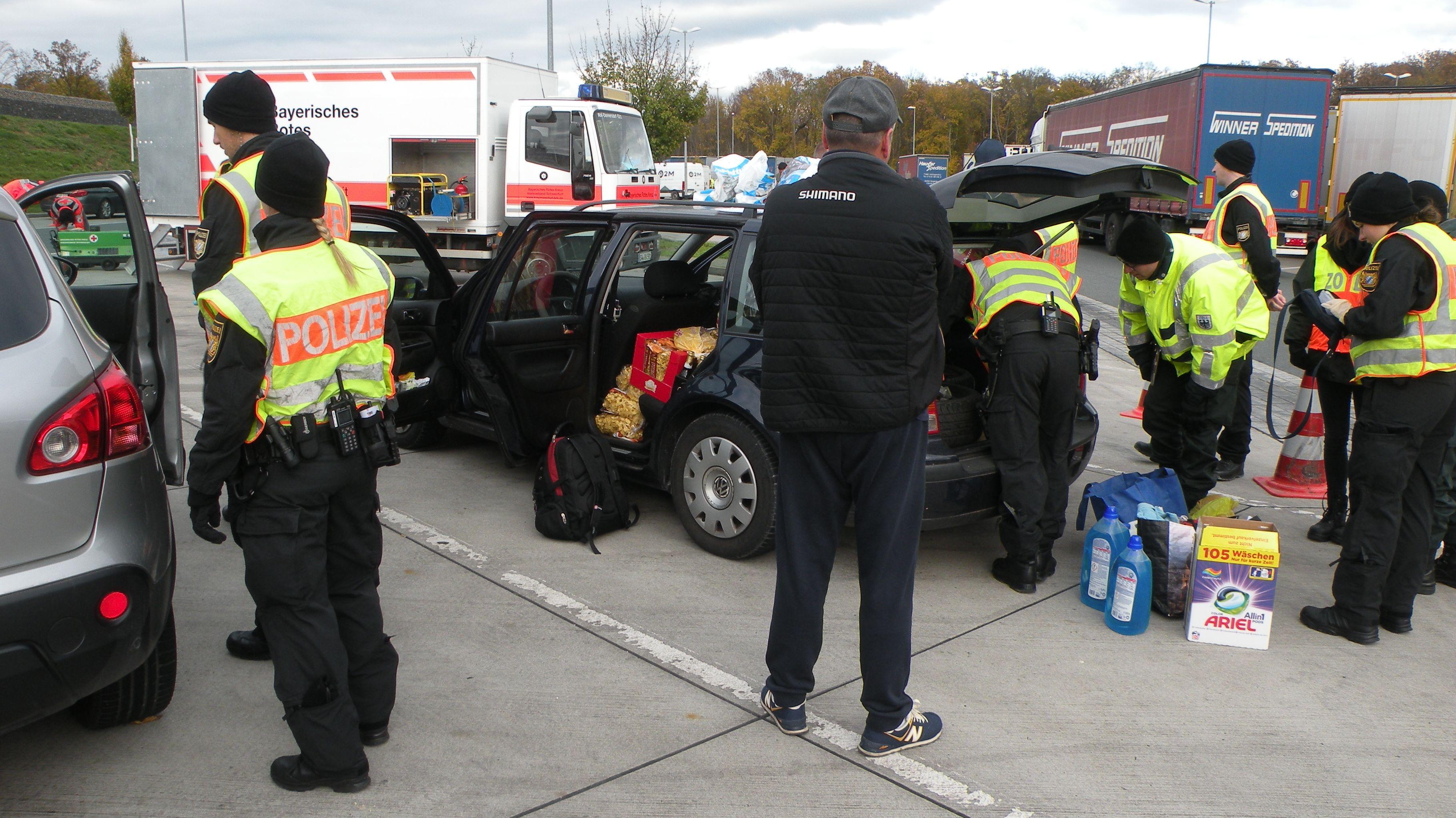 An der Rastanlage Riedener Wald an der A7 in Unterfranken hat die Polizei gezielt nach Wohnungseinbrechern gefahndet. Deshalb haben die Beamten Fahrzeuge durchsucht.