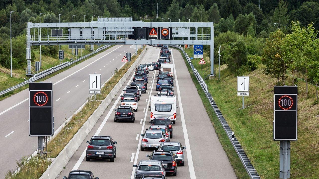 Stau im Urlaubsverkehr auf der A7 am Grenztunnel in Richtung Österreich in Höhe Füssen im August 2016