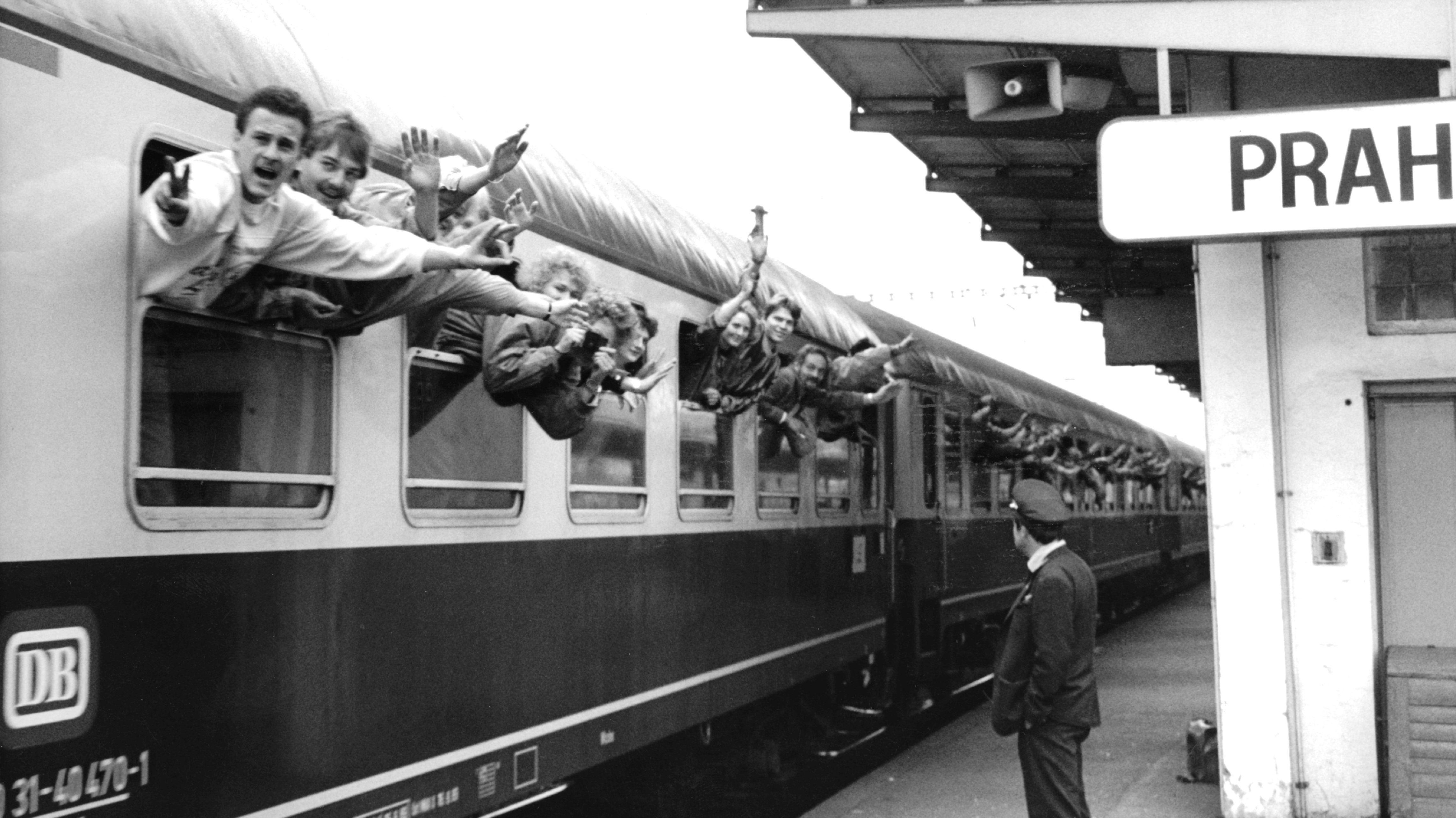 In der Nacht und an den folgenden Tagen setzten sich in Prags Vororten Dutzende Flüchtlingszüge in Bewegung. Dieser hier fährt nach Marktredwitz.