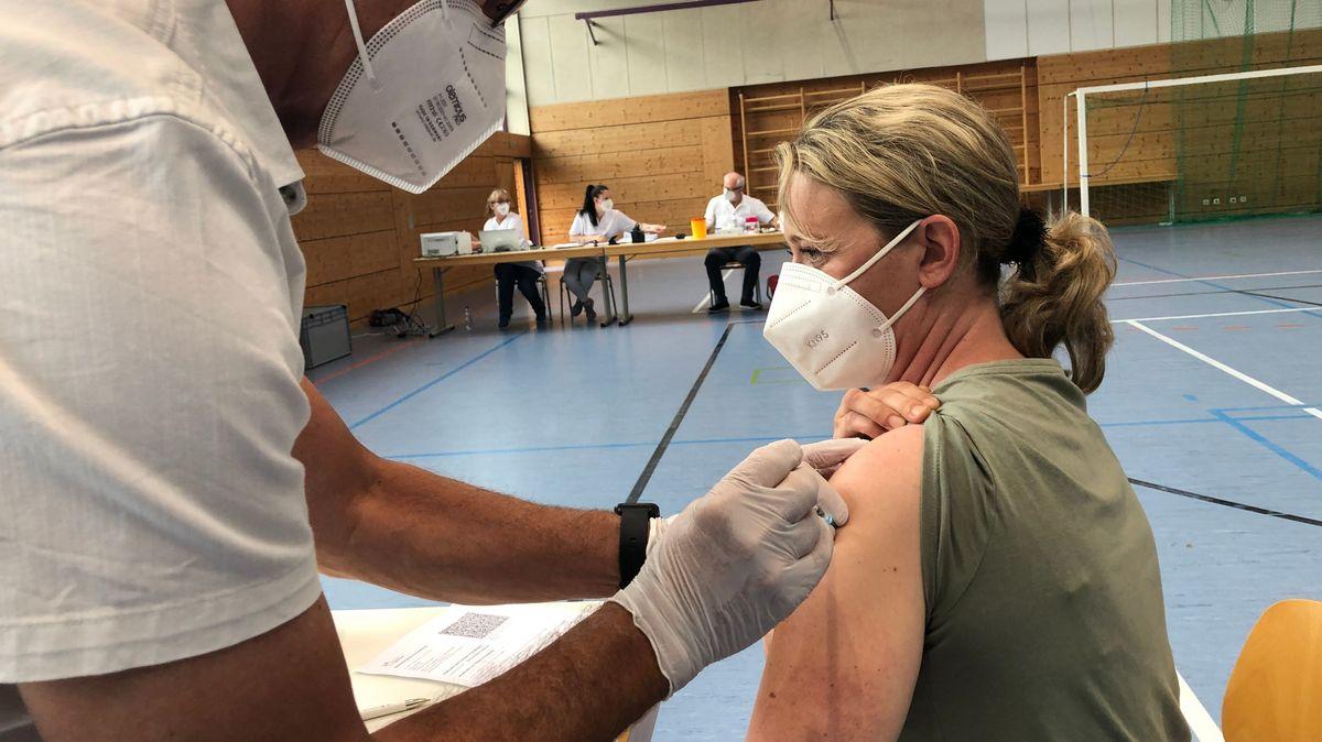 Mobile Impfteams im Landkreis Regen impfen direkt vor Ort.