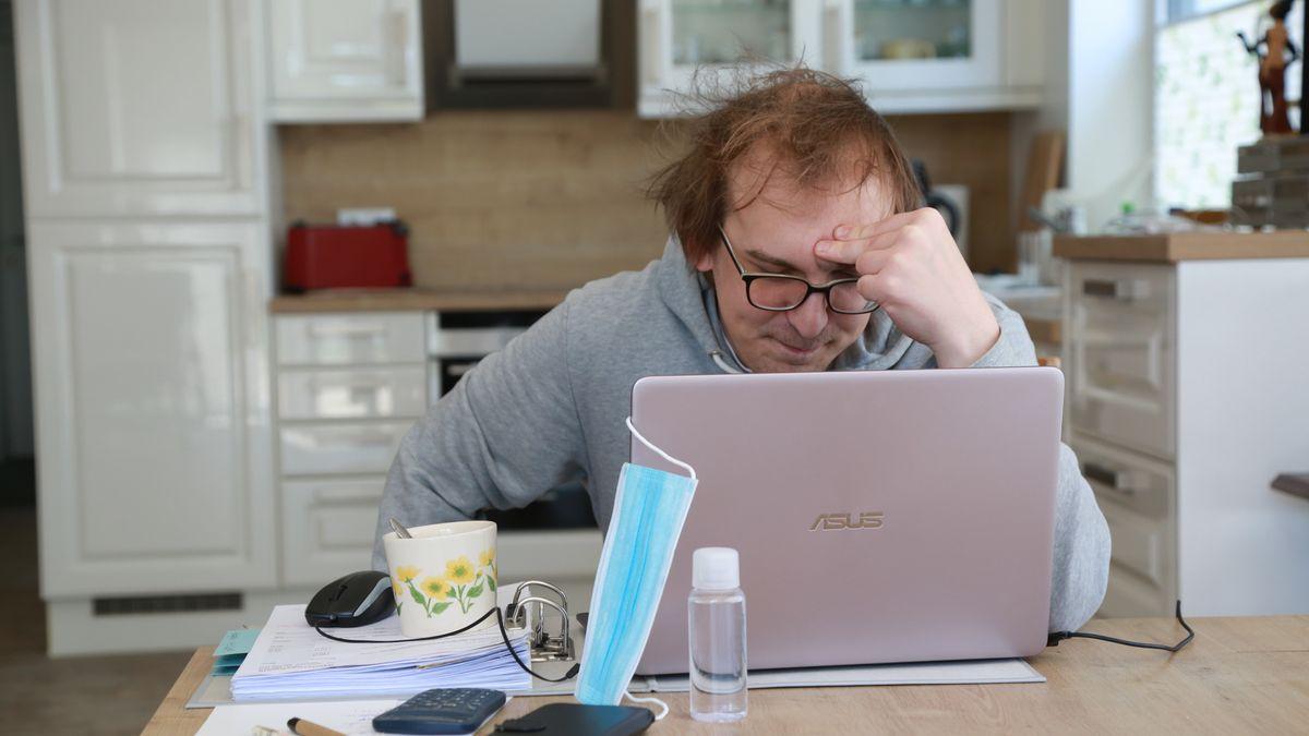 Ein Mann sitzt im Home-Office an einem Küchentisch.