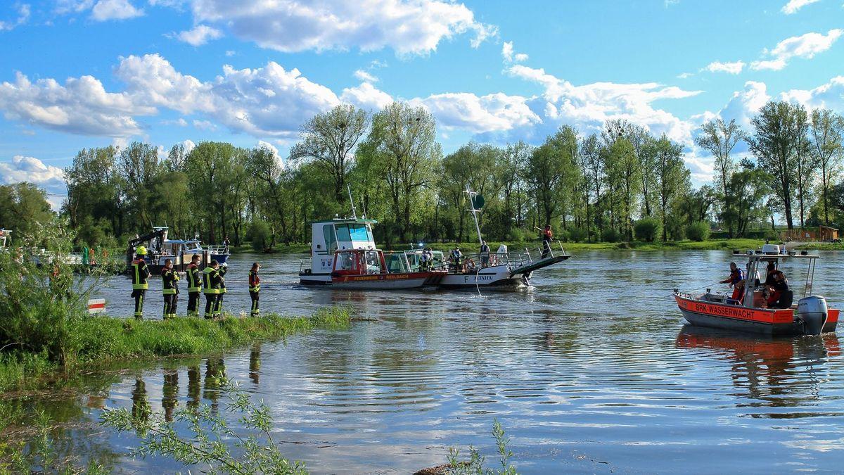 """Feuerwehr und BRK sind bei der Bergung der Fähre """"Altaha"""" im Einsatz."""