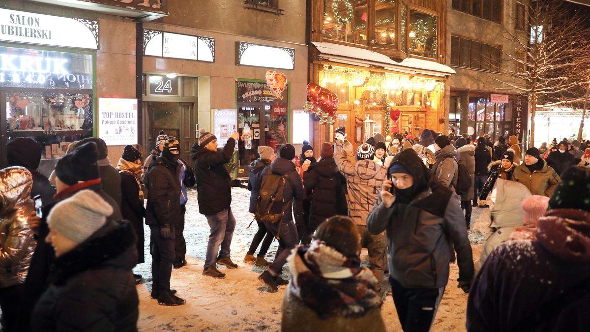 Viele Menschen auf dem Krupowki, einer Einkaufsstraße in Zakopane