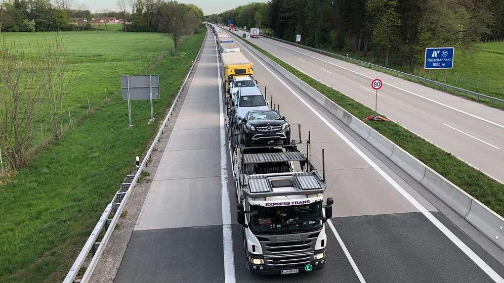 Stoßstange an Stoßstange warteten die Lastwagen am Morgen des 26. April 2019 auf der Inntalautobahn. | Bild:BR/Dagmar Bohrer-Glas