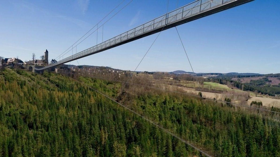 Eine Animation zeigt, wie die Hängebrücke über das Höllental verlaufen würde.