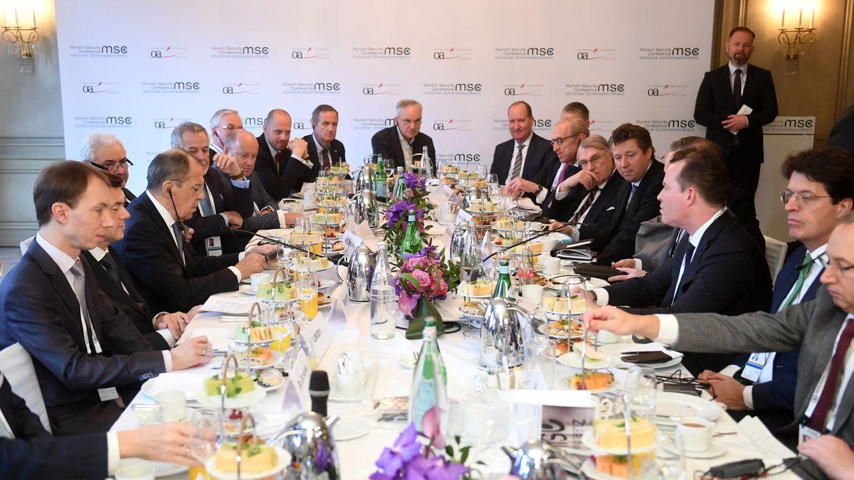 Sergej Lawrow (2. v. l.), Außenminister von Russland, und Heiko Maas (4. v. r. verdeckt), kommen zum Frühstück zusammen.
