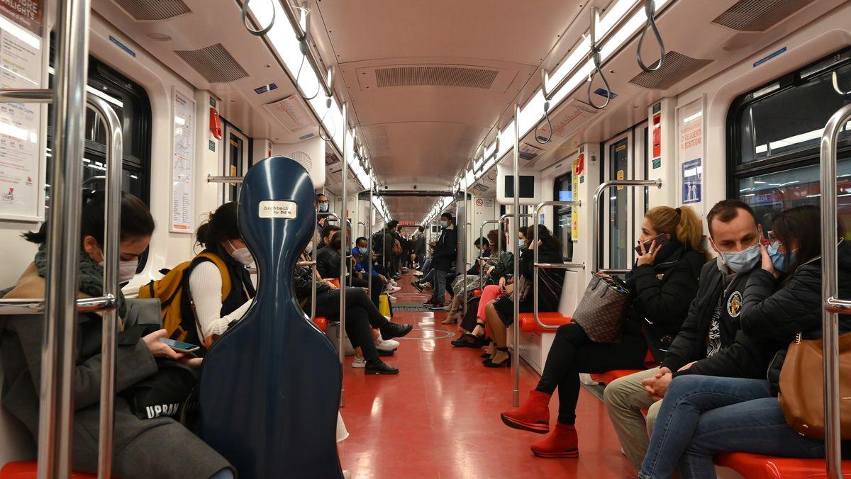 Fahrgäste in Italien in der U-Bahn.