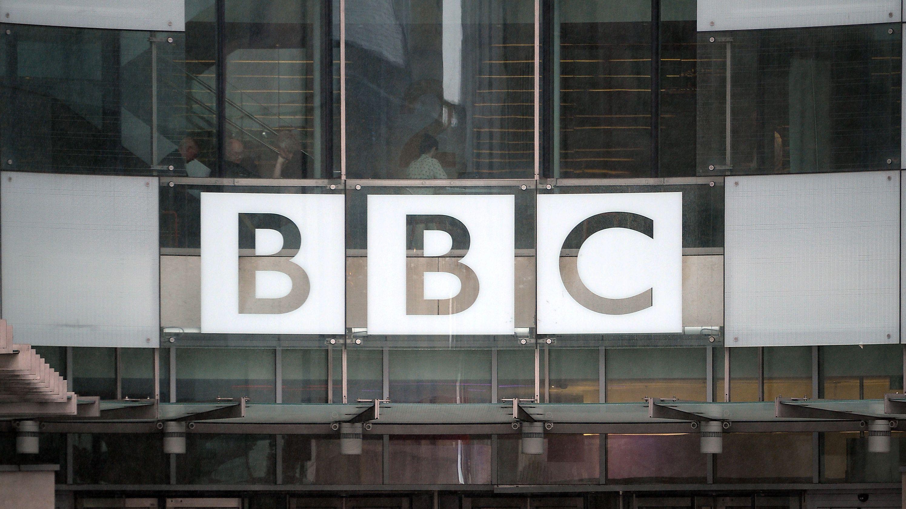 Die Briten vertrauen der BBC in der Corona-Krise so stark wie lange nicht. Trotzdem befürchten Experten eine Zerschlagung des Medienhauses.