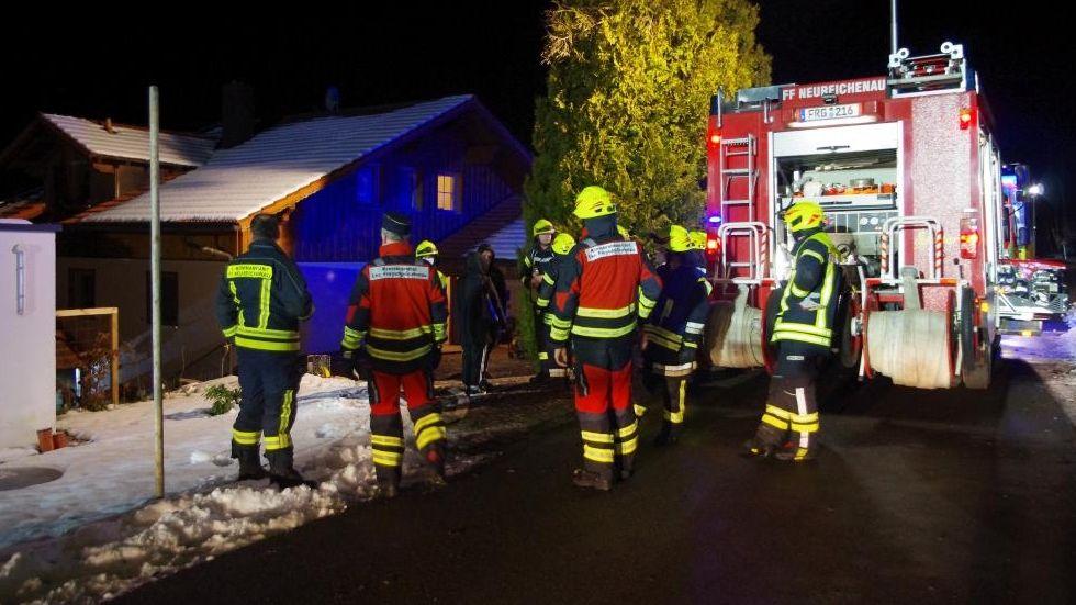 Feuerwehrleute beim Einsatz in Neureichenau im Landkreis Freyung-Grafenau.