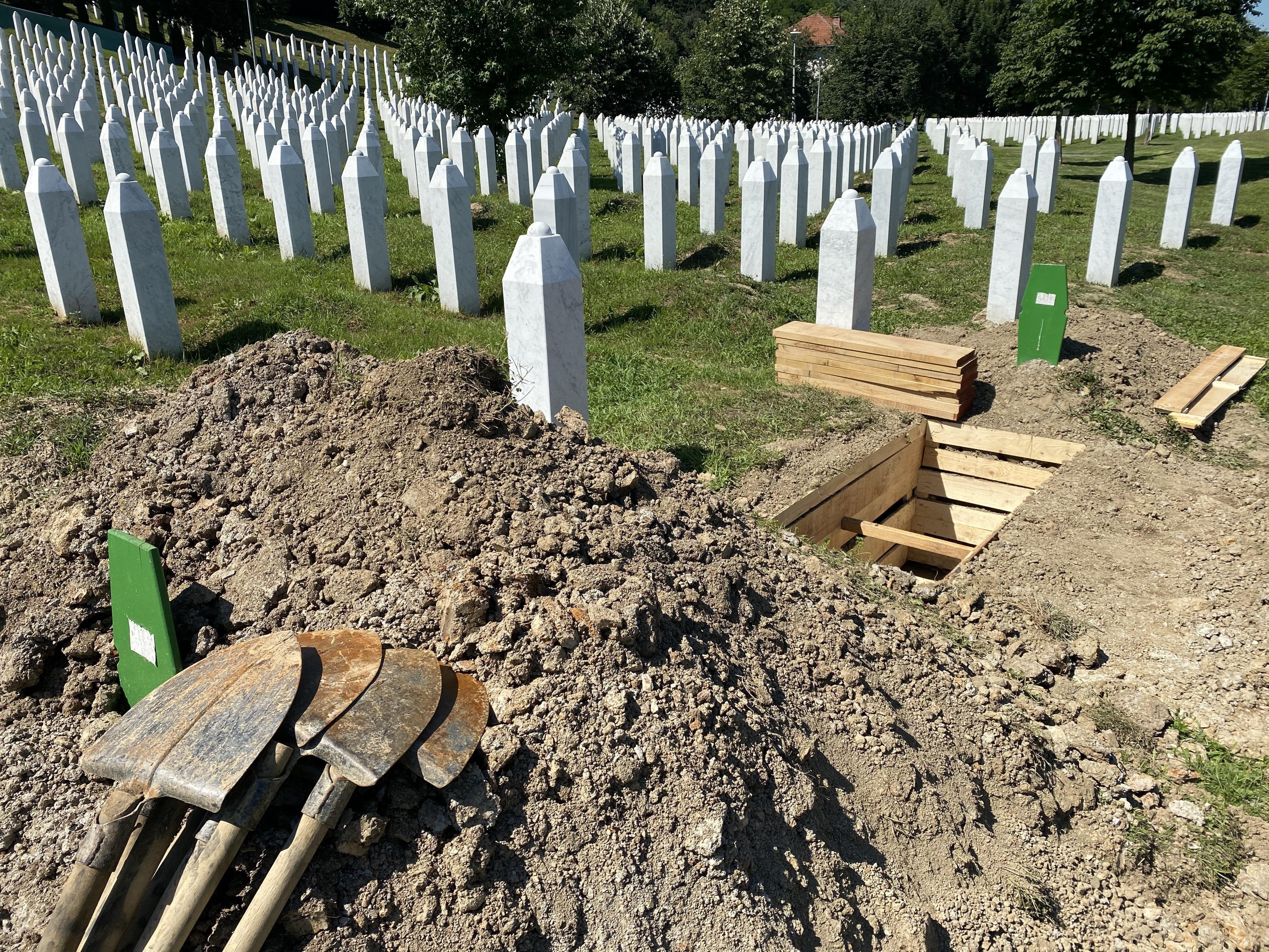 Angehörige gedenken 25 Jahre nach Massaker von Srebrenica den Opfern - Politik