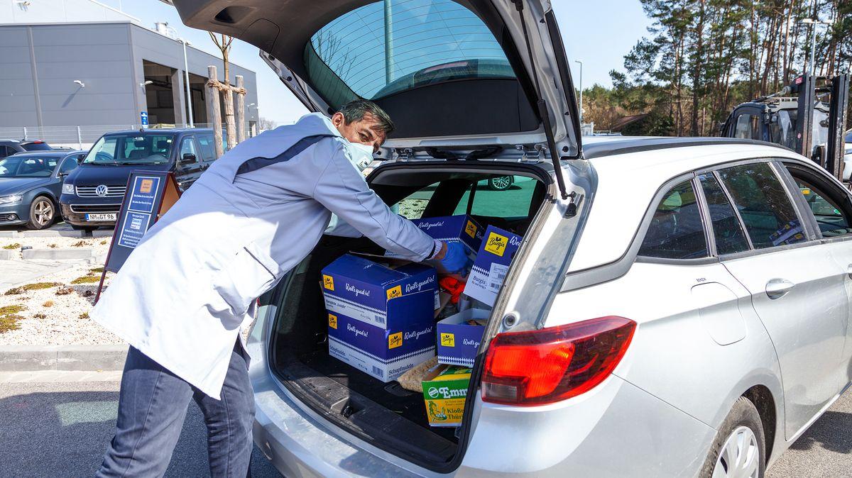 Mitarbeiter hatten die Großverpackungen mit Mundschutz und Handschuhen in die Kofferräume der Privatautos gelegt.