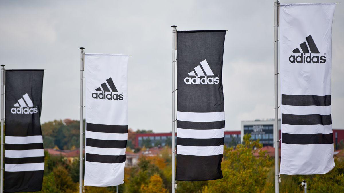 Schwarz weiße Fahnen mit Adidas-Logo und drei Streifen