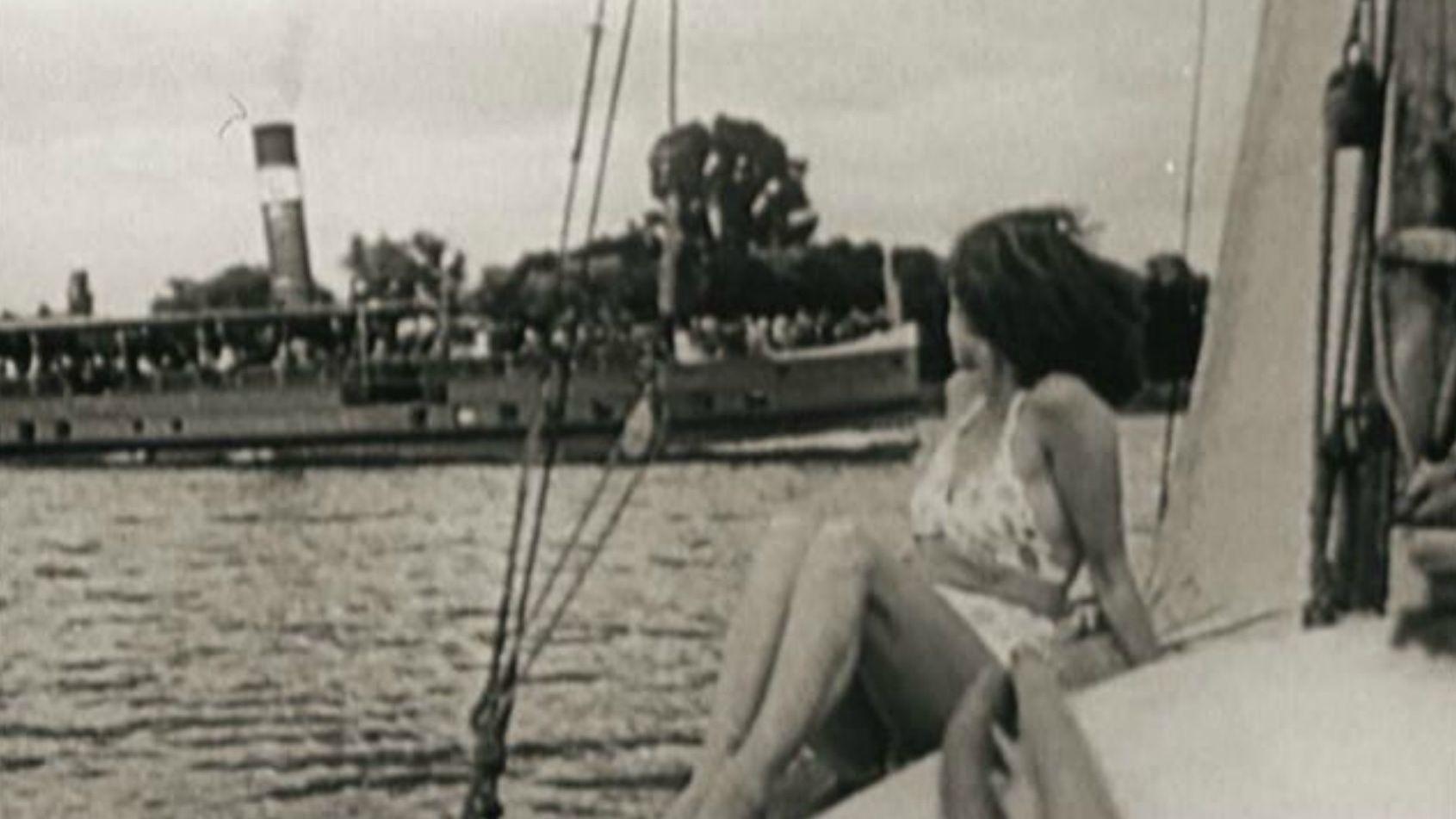 Eine Frau liegt auf einem Segelboot