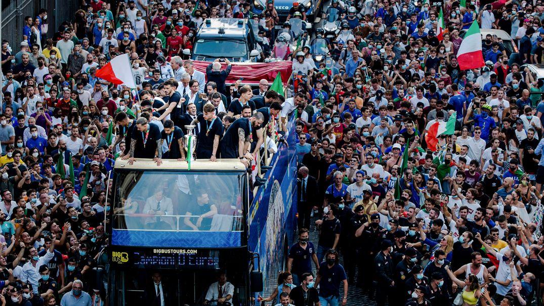 Fans jubeln in Rom den Spielern der italienischen Fußballnationalmannschaft zu, die auf dem offenen Bus ihren EM-Sieg feiern.