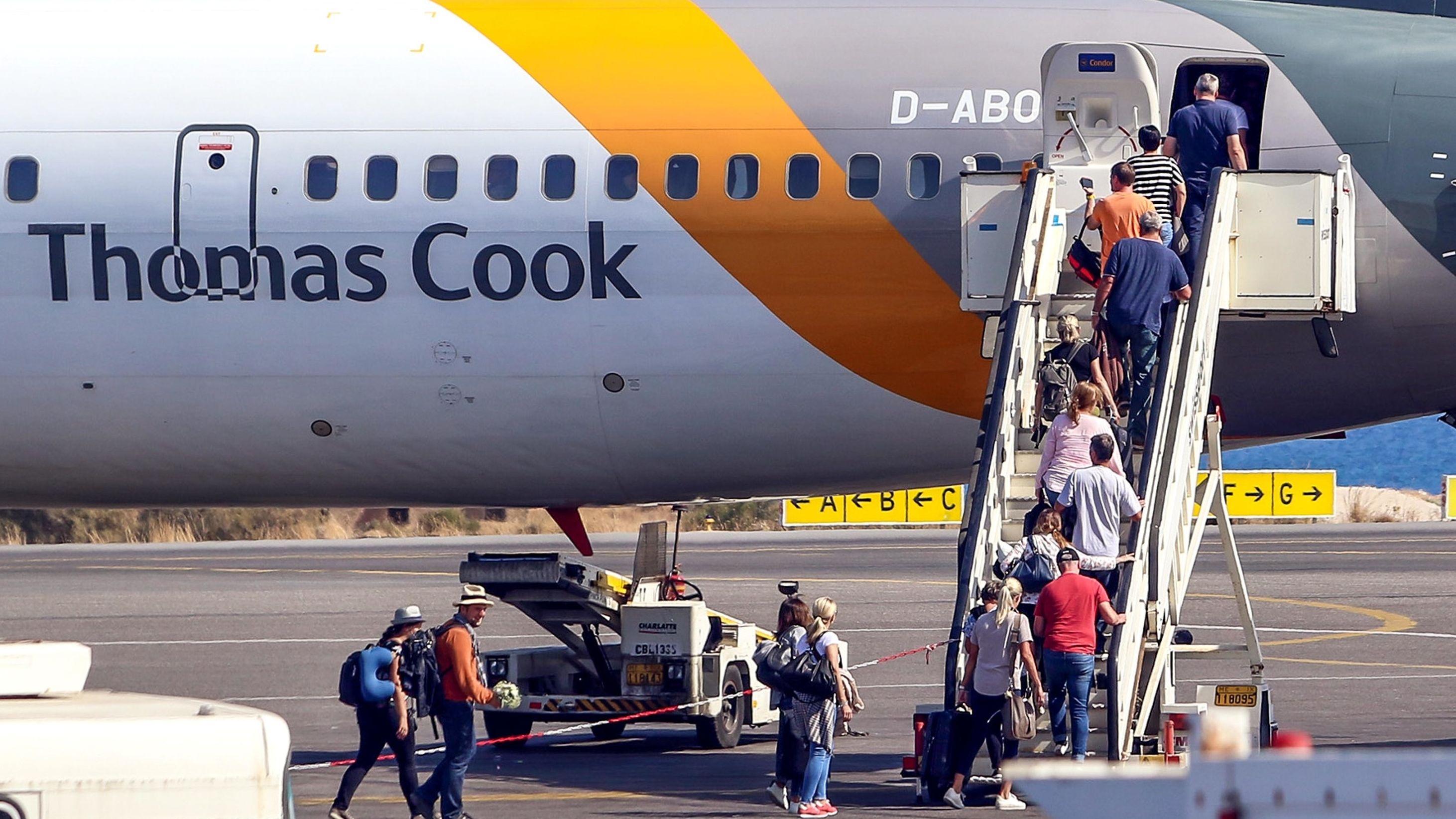 Fluggäste steigen in Thomas-Cook-Flugzeug