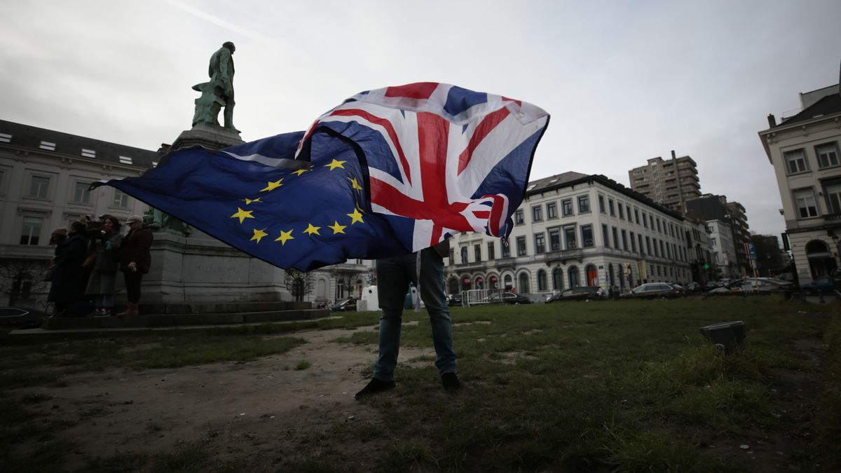 Ein Mann schwenkt Ende Januar vor dem europäischen Parlament in Brüssel die britische und die EU-Flagge.