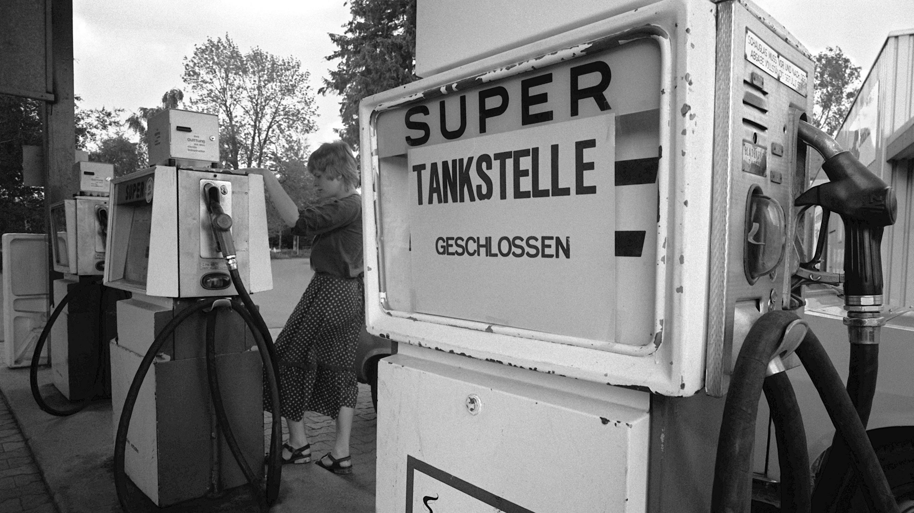 """Eine geschlossene Tankstelle im Frühjahr 1979 in Baden-Württemberg. Im Zuge der Zweiten Ölkrise stiegen auch die Preise für Benzin enorm. Frank Bösch erzählt in seinem Buch """"Zeitenwende 1979"""" auch von dieser globalen wirtschaftlichen Zäsur."""