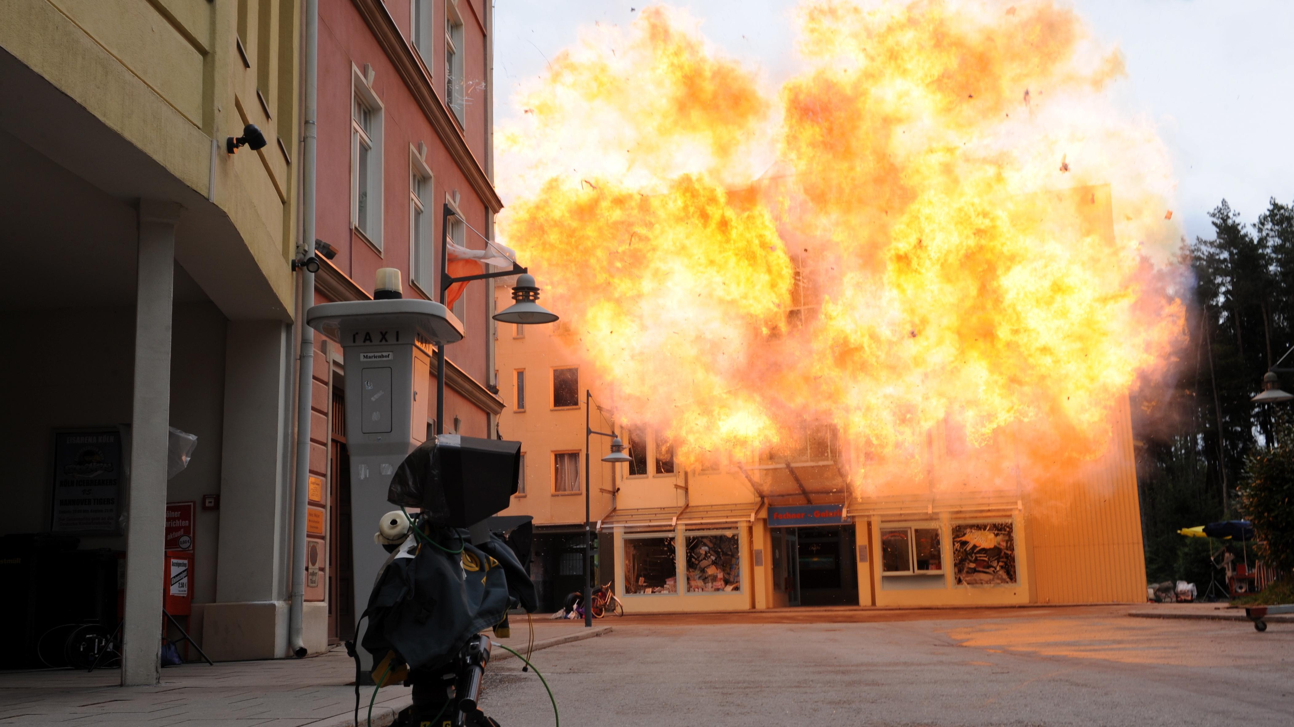 """Für die TV-Serie """"Marienhof"""" fliegt auf dem Gelände der Bavaria Film Studios in Grünwald eine Kulisse in die Luft (Archivbild)."""