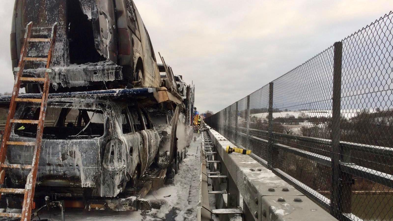Der ausgebrannte Autotransporter auf der Brücke