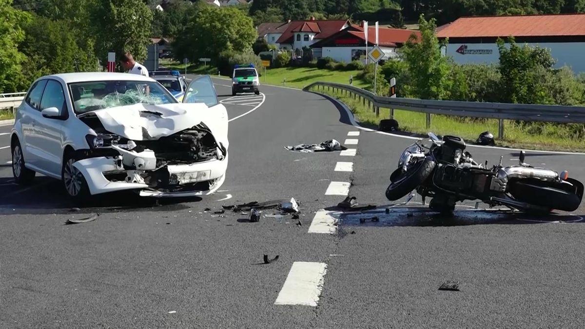Ein Auto und ein Motorrad liegen nach einem Zusammenprall auf der Straße