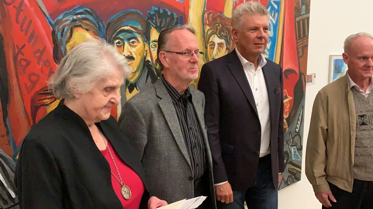 Münchens OB Dieter Reiter ließ sich mit den Eisner-Enkeln fotografieren und fand, München sei erinnerungspolitisch gut aufgestellt.