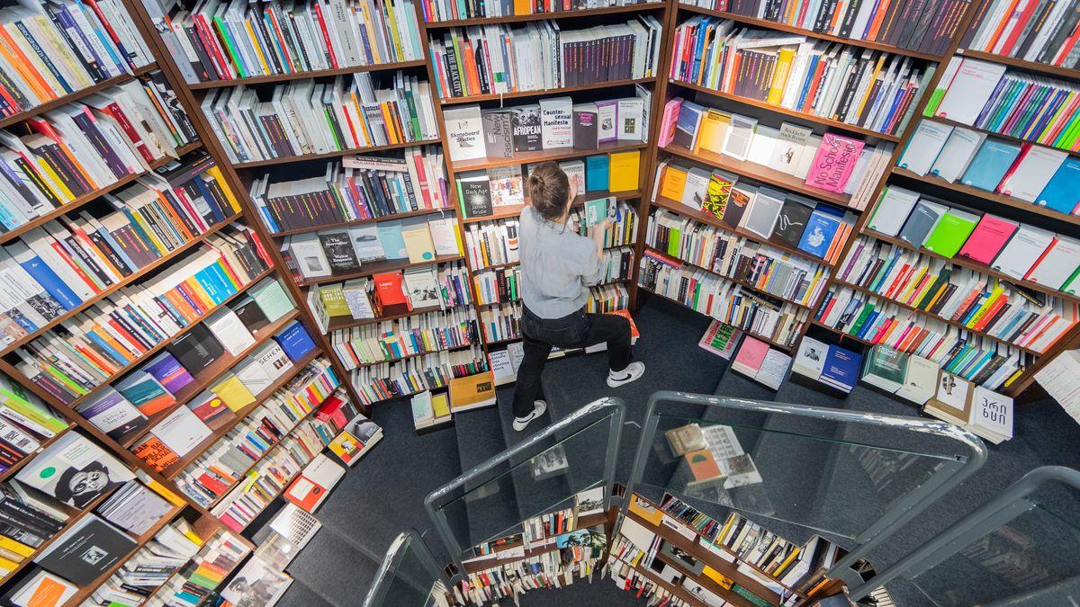 Eine Mitarbeiterin sortiert in der Verlagsbuchhandlung Walther König Bücher ein.