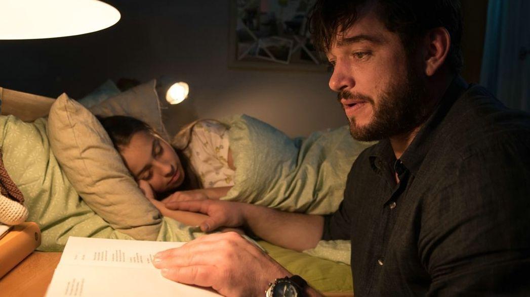 """Ronald Zehrfeld als Geheimagent in """"Das Ende der Wahrheit"""". Ganz privat- er liest seiner Tochter vor."""