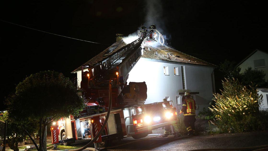 Mit einer Drehleiter löscht die Feuerwehr einen Dachstuhlbrand in Eichenbühl (Lkr. Miltenberg).