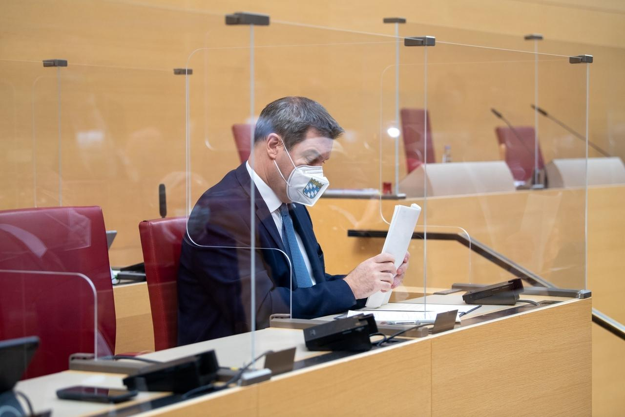 27.11.2020, Bayern, München: Markus Söder (CSU), Ministerpräsident von Bayern, sitzt im bayerischen Landtag vor Beginn einer Plenarsitzung auf seinem Platz. Foto: Sven Hoppe/dpa/Pool/dpa +++ dpa-Bildfunk +++