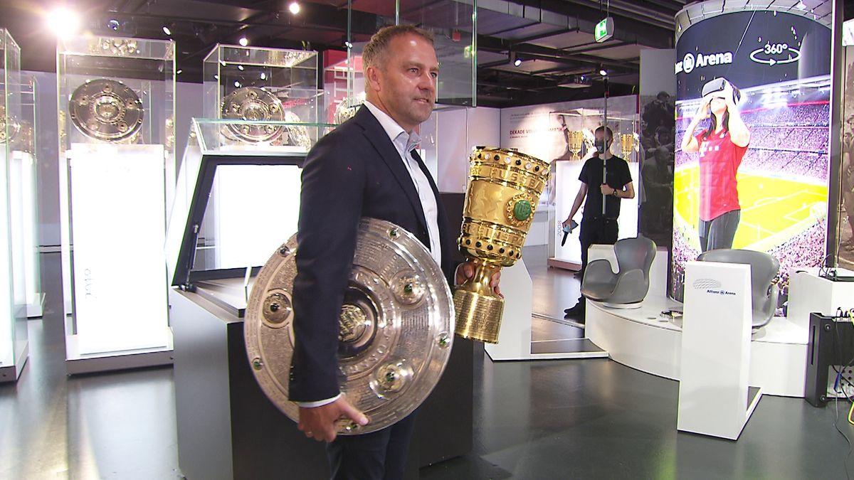 FC-Bayern-Trainer Hansi Flick mit Meisterschale und Pokal
