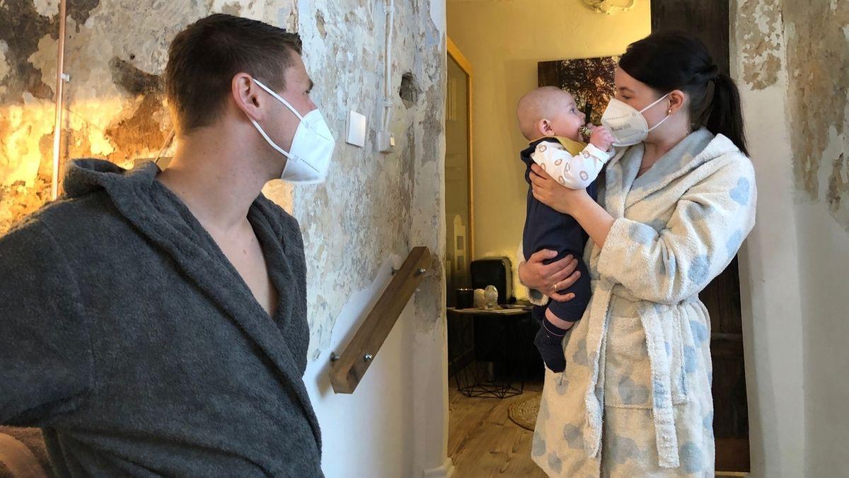 Die jungen Eltern Matthias und Laura Müller machen einen Sauna-Gang mit ihrem Baby.