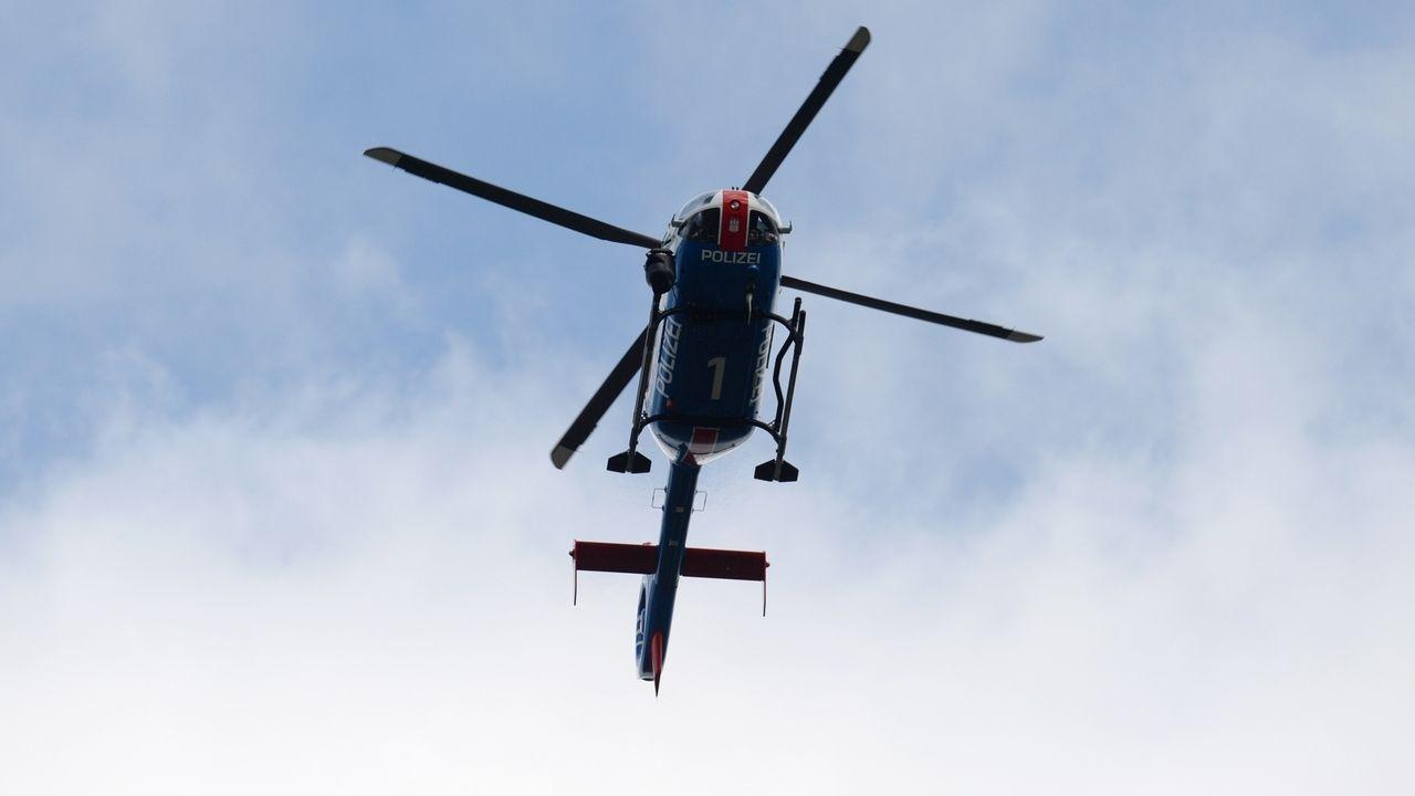 Fliegender Polizeihubschrauber
