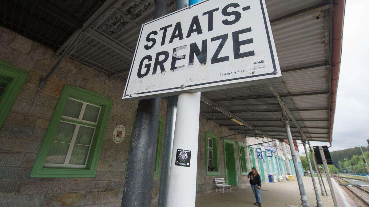 Die Landesgrenze verläuft direkt durch den Bahnhof von Bayerisch Eisenstein.