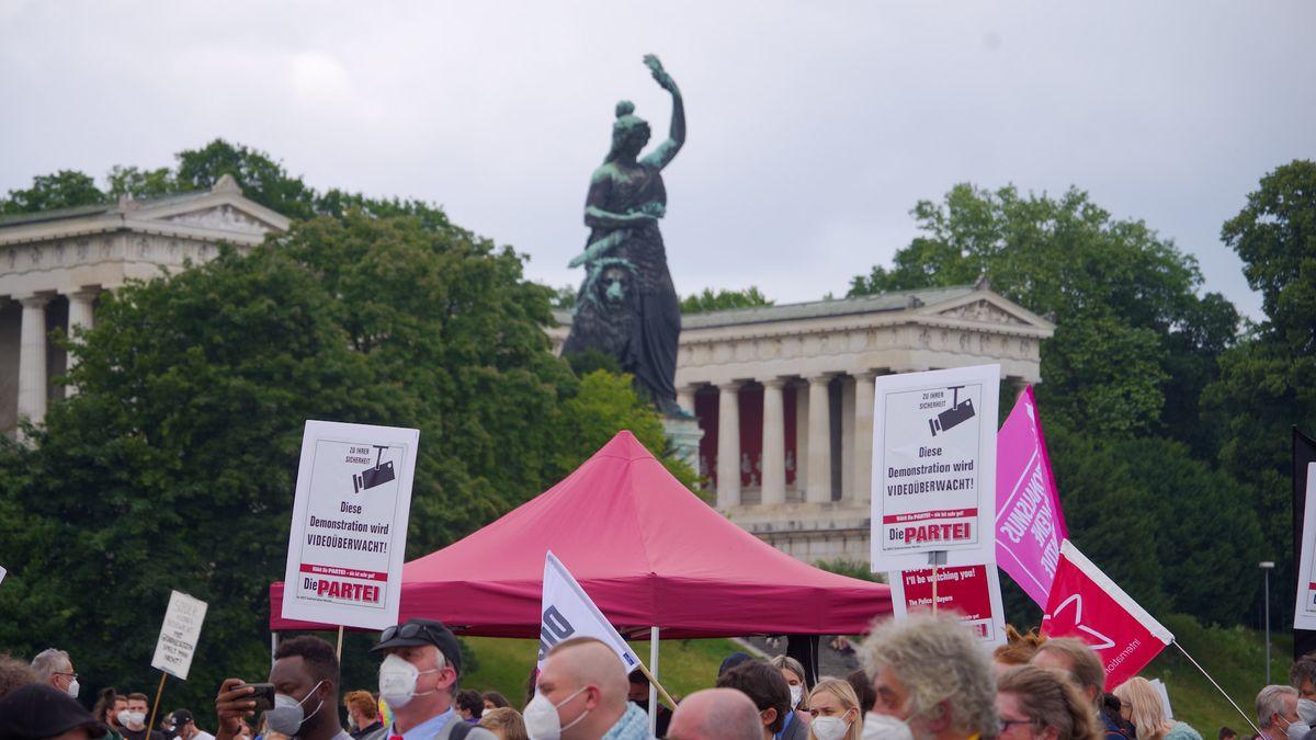 Aktivisten protestieren vor der Statue der Bavaria auf der Münchner Theresienwiese.