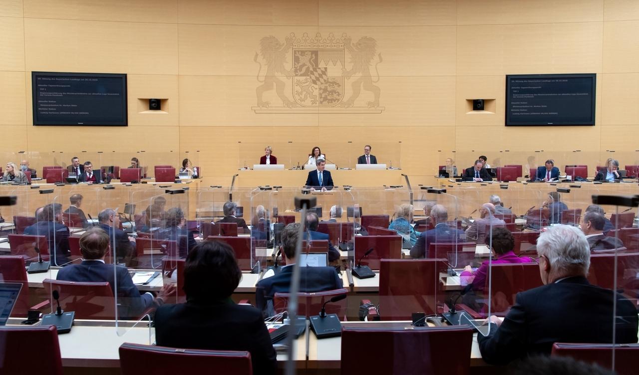 30.10.2020, Bayern, München: Markus Söder (CSU), Ministerpräsident von Bayern, gibt im bayerischen Landtag während einer Plenarsitzung eine Regierungserklärung ab, die Abgeordneten sitzen zwischen Plexiglasabtrennungen. Bund und Länder haben ab dem kommenden Montag einen Teil-Lockdown beschlossen. Foto: Sven Hoppe/dpa +++ dpa-Bildfunk +++