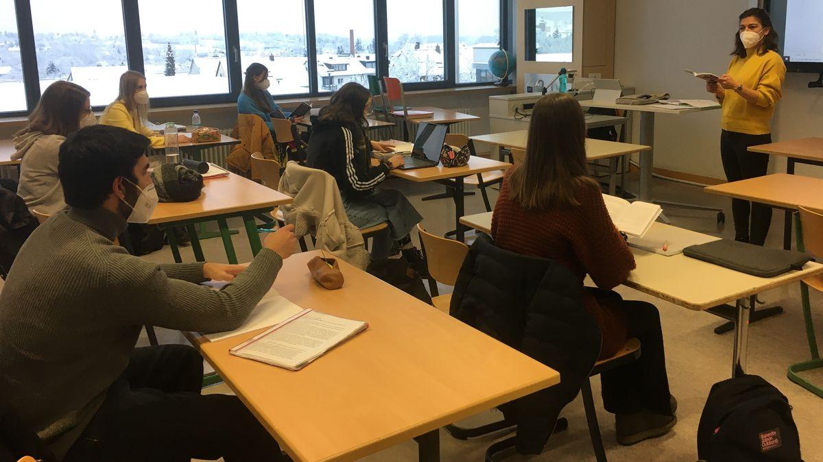 Abiturientinnen und Abiturienten im Spanisch-Kurs am Dietrich-Bonhoeffer-Gymnasium in Oberasbach