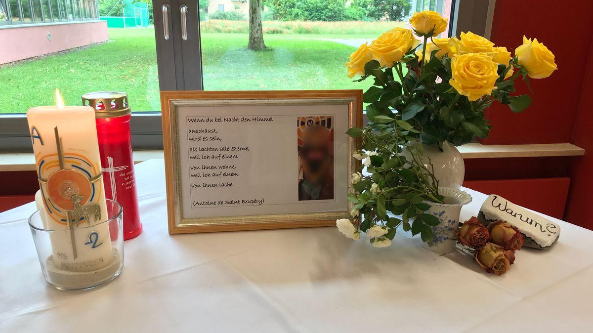 Kerzen, Blumen und ein Trauerbild an der Mittelschule in Meitingen