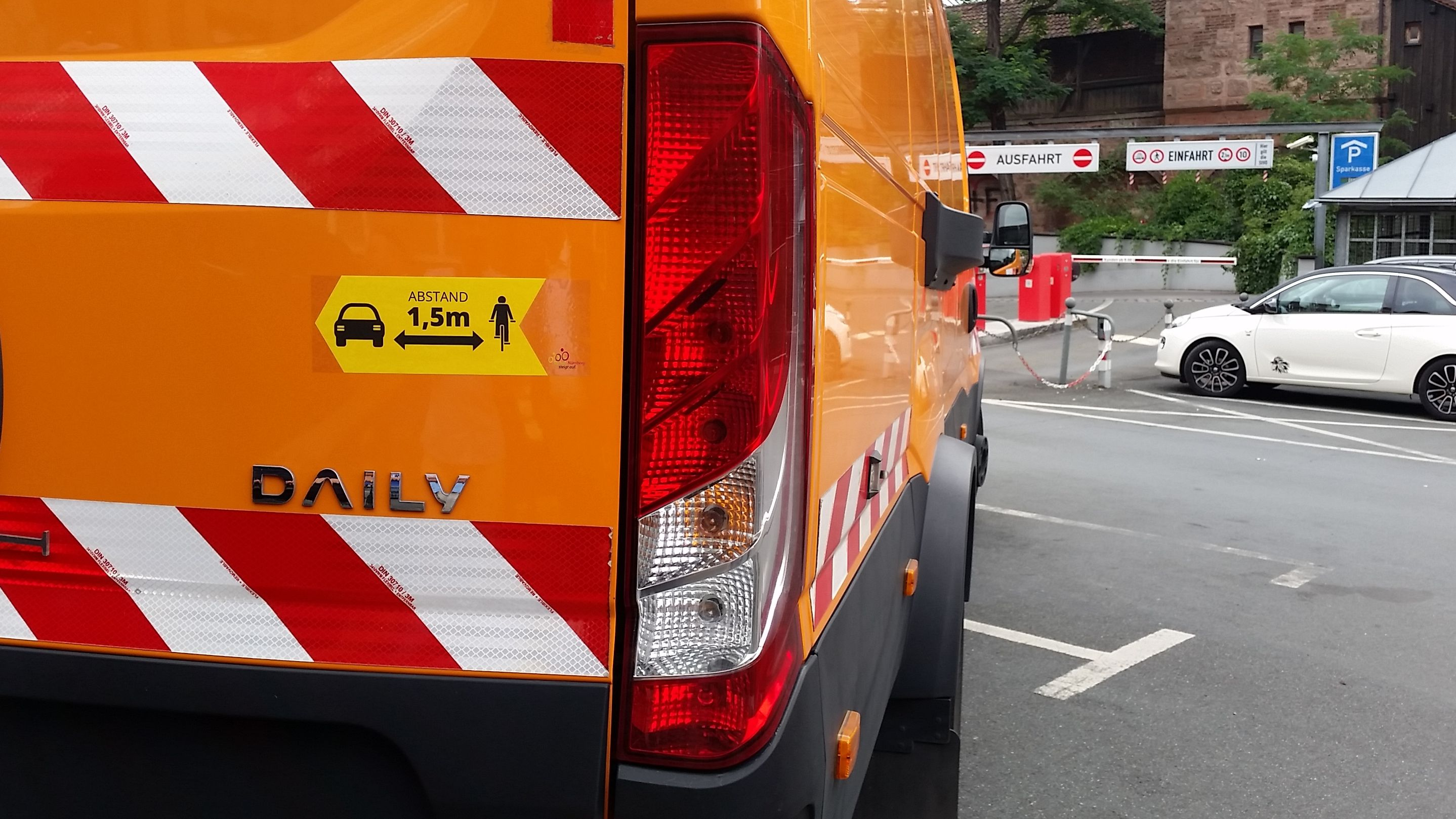 Aufkleber auf einem städtischen Auto in Nürnberg weist auf den Sicherheitsabstand für Radfahrer hin.