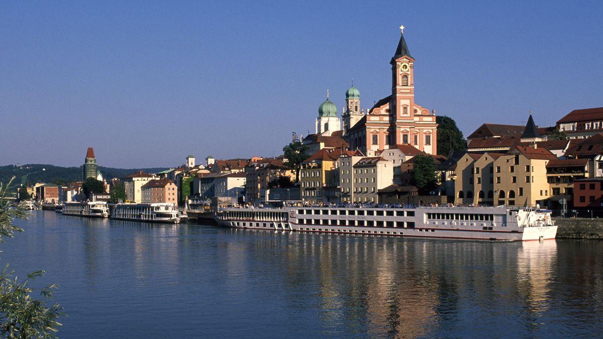 Blick über die Donau auf die Altstadt von Passau mit Donaukreuzfahrtschiff im Vordergrund