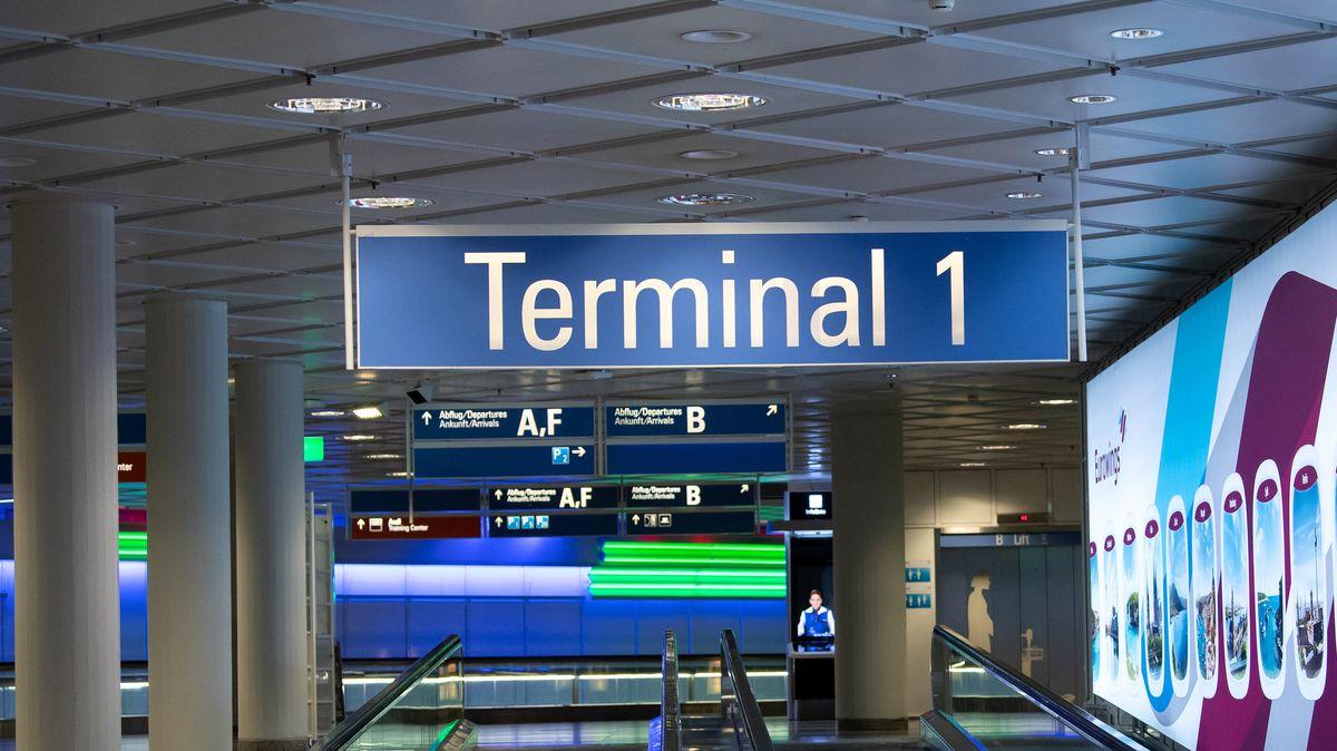 """Flughafen München, von der Decke hängt ein Schild mit der Aufschrift """"Terminal 1"""""""