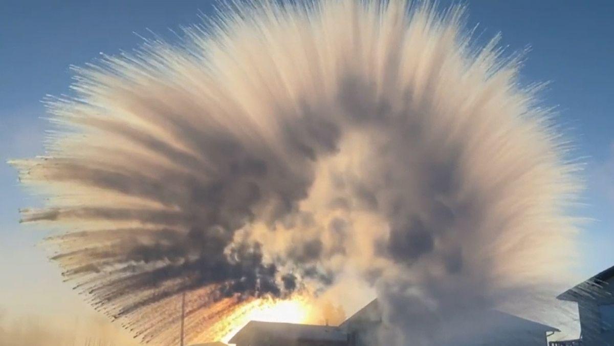 Bei -48,9 Grad Celsius gekochtes Wasser in die Luft werfen - dieses Experiment wurde in Buffalo Narrows durchgeführt. Das Wasser fällt in alle Richtungen auseinander und gefriert sogleich.