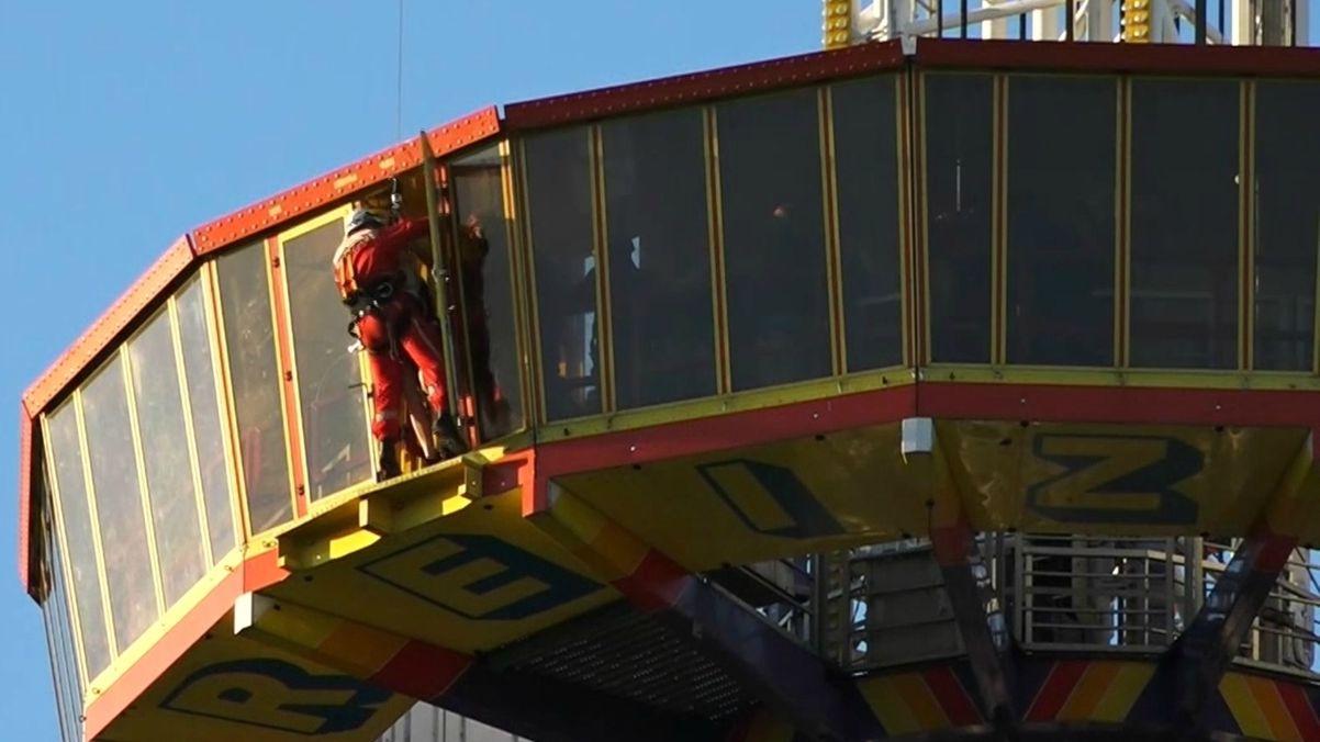 Retungsaktion im Freizeitland Geiselwind: Ein Höhenretter hängt an einem Seil und betritt die Aussichtsplattform.