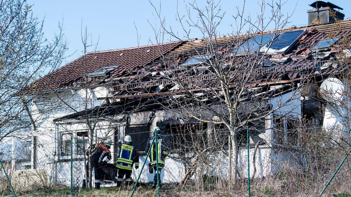 Feuerwehrmänner stehen vor einem ausgebrannten Einfamilienhaus in Bodenkirchen.