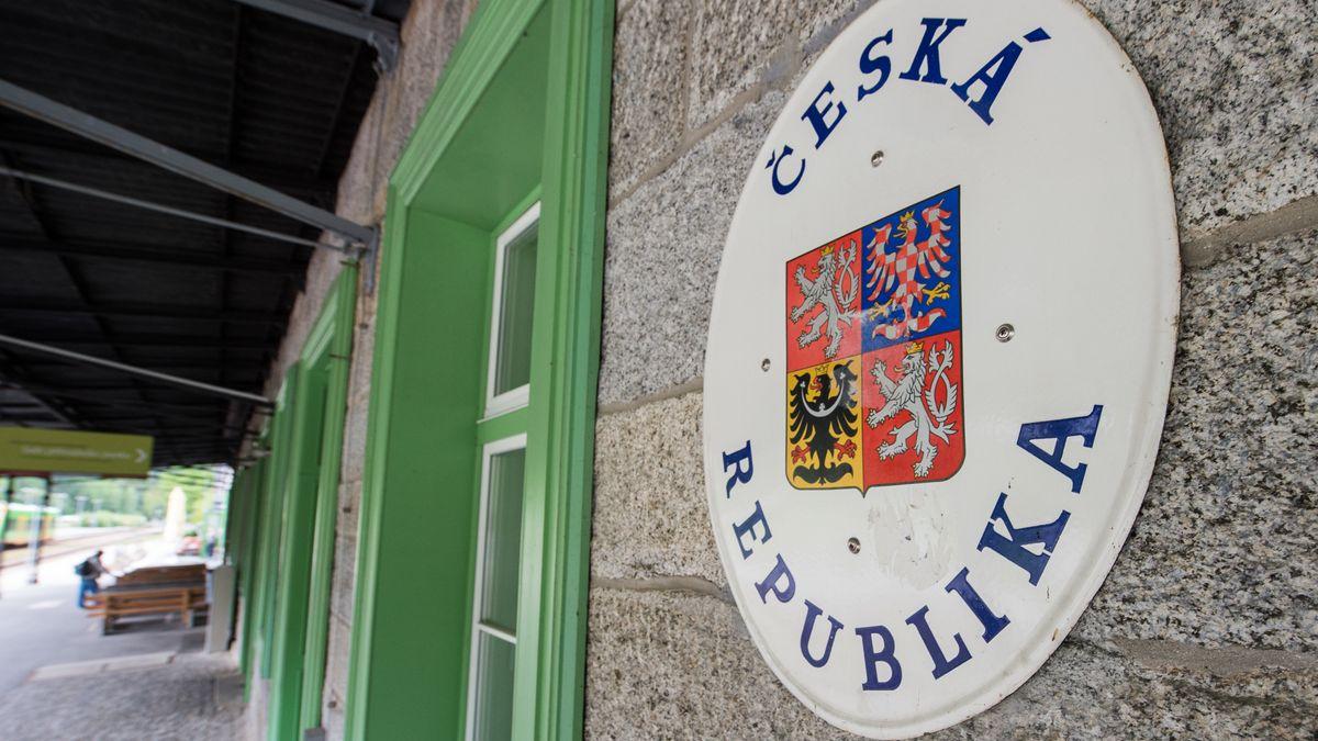 Ein Schild mit dem Wappen der tschechischen Republik