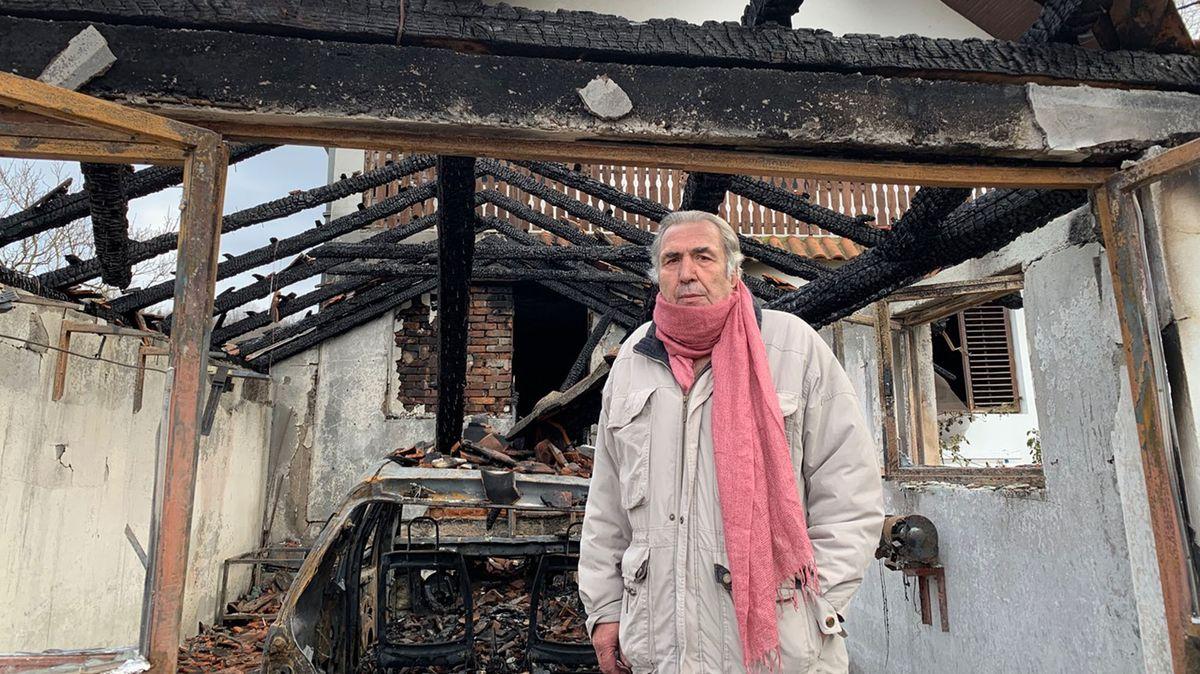 Milan Jovanovic vor seinem abgebrannten Haus.