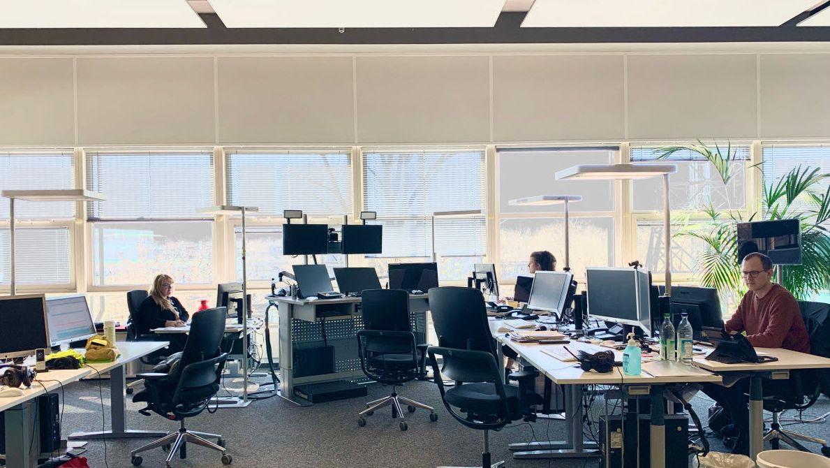 Im vorher recht lebhaften Newsroom von BR24 sitzen nun - zur Coronakrise - nur noch drei Kolleg/-innen in großem Abstand