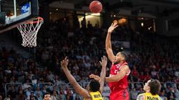 Bamberger und Ludwigsburger Basketballer springen hoch zu einem Ball, der vom Brett zurückspringt   Bild:picture-alliance/dpa