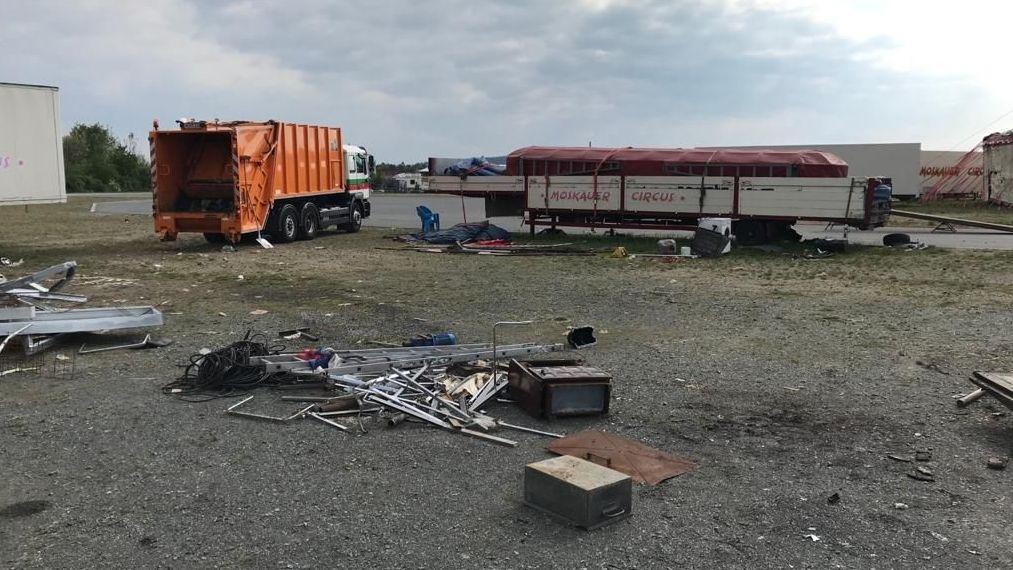 Müll und Gerümpel liegt verteilt um den Zirkus am Weidener Festplatz