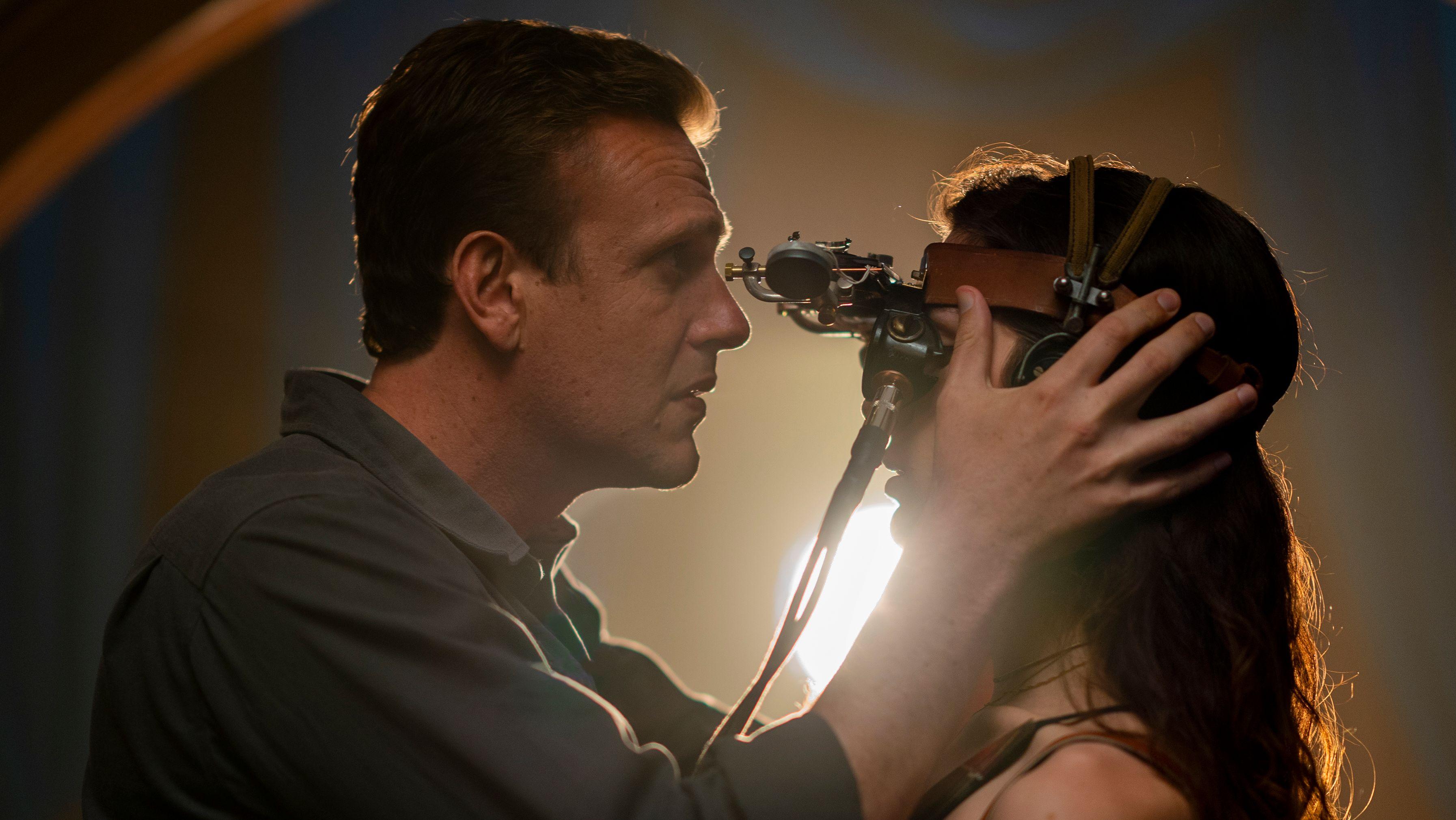 Peter (gespielt von Jason Segel) blickt einer Frau mit langen braunen Haaren in die Augen. Sie trägt eine seltsame Brillenkonstruktion.